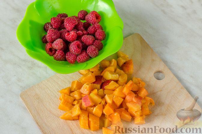 Фото приготовления рецепта: Роллы из лаваша с творожно-банановой начинкой, малиной и абрикосами - шаг №5