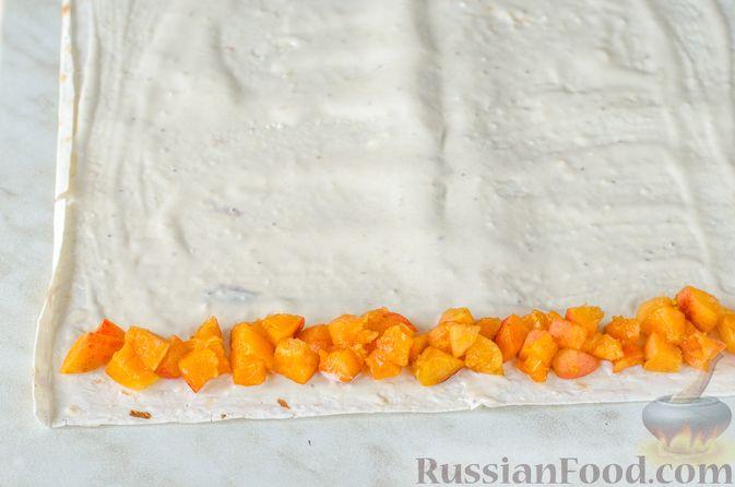 Фото приготовления рецепта: Роллы из лаваша с творожно-банановой начинкой, малиной и абрикосами - шаг №9