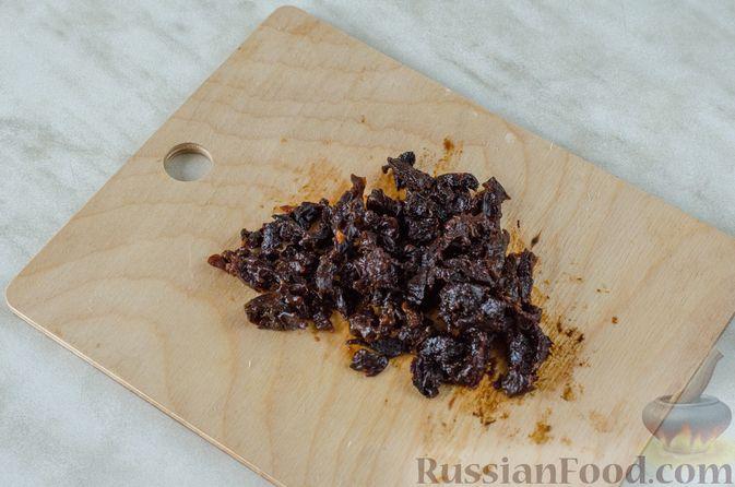 Фото приготовления рецепта: Слоёный салат с курицей, черносливом и огурцом - шаг №4
