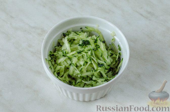 Фото приготовления рецепта: Слоёный салат с курицей, черносливом и огурцом - шаг №5