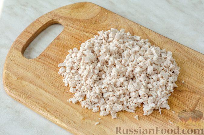 Фото приготовления рецепта: Слоёный салат с курицей, черносливом и огурцом - шаг №7