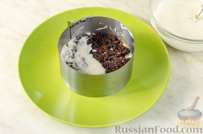 Фото приготовления рецепта: Слоёный салат с курицей, черносливом и огурцом - шаг №10