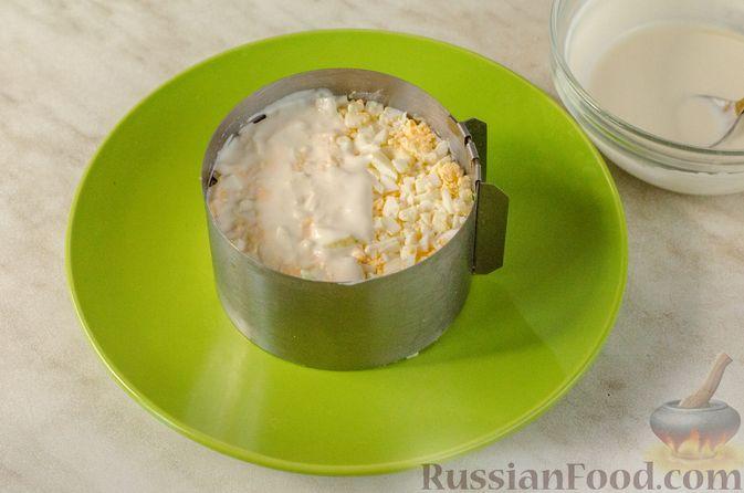 Фото приготовления рецепта: Слоёный салат с курицей, черносливом и огурцом - шаг №12
