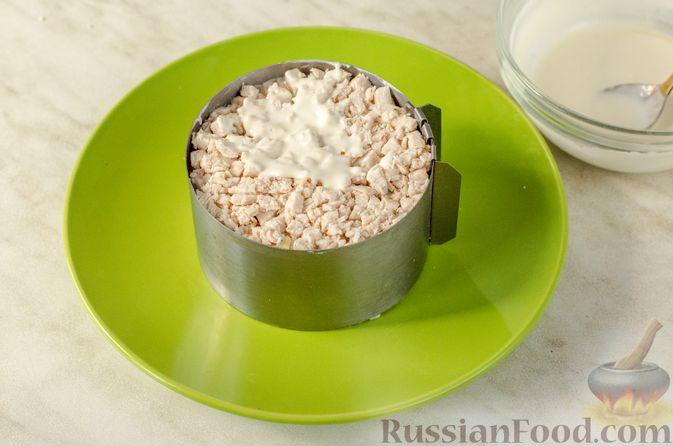 Фото приготовления рецепта: Слоёный салат с курицей, черносливом и огурцом - шаг №13