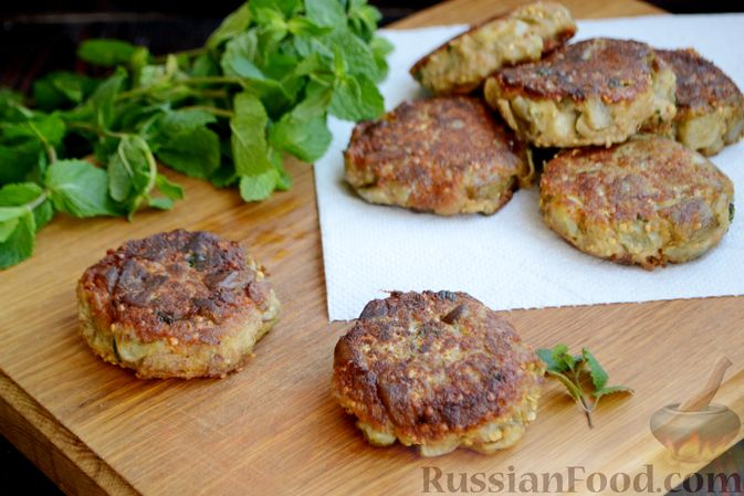 Фото приготовления рецепта: Капуста, тушенная с мясом, грибами и айвой - шаг №5