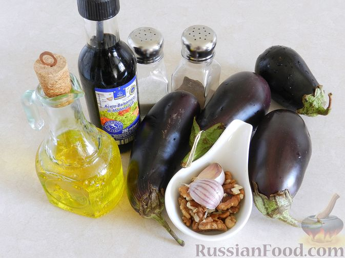 Фото приготовления рецепта: Салат из жареных баклажанов с орехами и чесноком - шаг №1