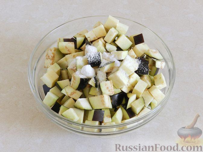 Фото приготовления рецепта: Салат из жареных баклажанов с орехами и чесноком - шаг №2