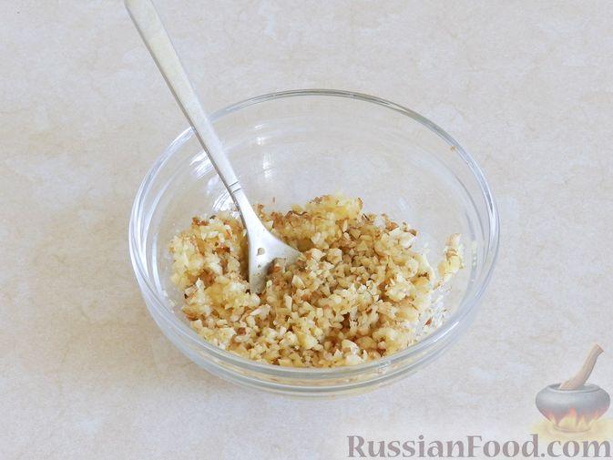 Фото приготовления рецепта: Салат из жареных баклажанов с орехами и чесноком - шаг №4