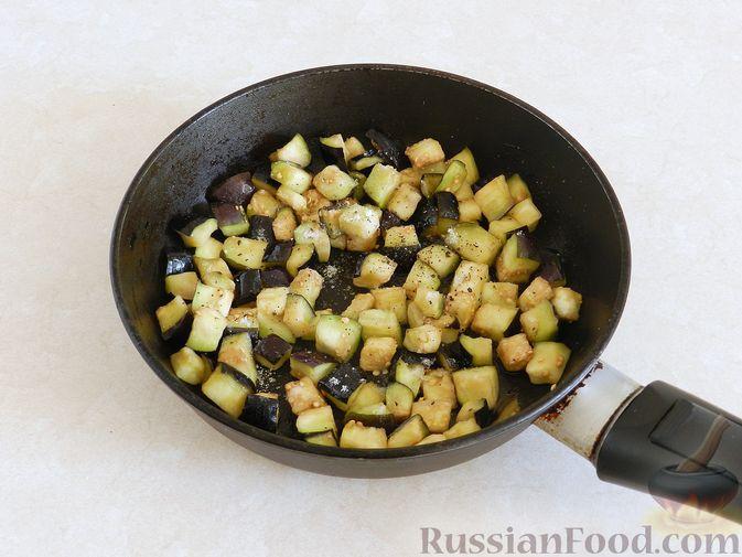 Фото приготовления рецепта: Салат из жареных баклажанов с орехами и чесноком - шаг №5