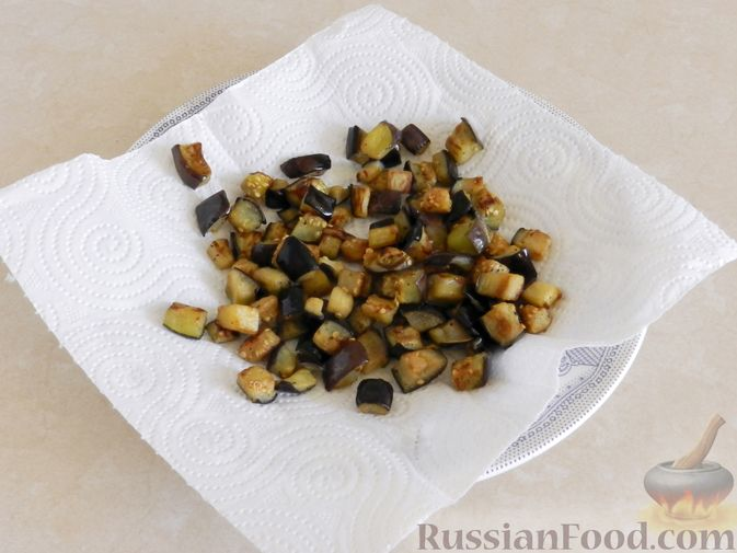 Фото приготовления рецепта: Салат из жареных баклажанов с орехами и чесноком - шаг №6