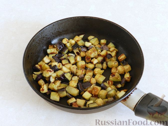 Фото приготовления рецепта: Салат из жареных баклажанов с орехами и чесноком - шаг №7