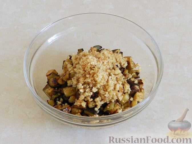 Фото приготовления рецепта: Салат из жареных баклажанов с орехами и чесноком - шаг №9