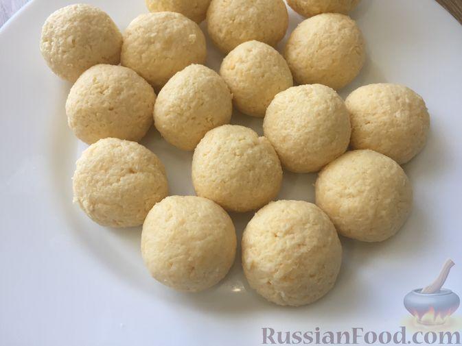Фото приготовления рецепта: Сырные крокеты с малиновым соусом - шаг №12