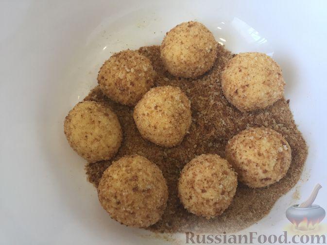 Фото приготовления рецепта: Сырные крокеты с малиновым соусом - шаг №13