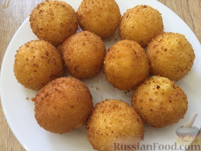 Фото приготовления рецепта: Сырные крокеты с малиновым соусом - шаг №15