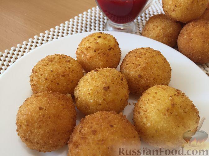 Фото приготовления рецепта: Сырные крокеты с малиновым соусом - шаг №17