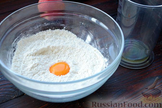 Фото приготовления рецепта: Домашний хлеб, запечённый с пряным маслом, сыром и зеленью - шаг №18