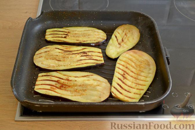 Фото приготовления рецепта: Куриные грудки, запечённые с баклажанами и сыром,  в томатном соусе - шаг №4