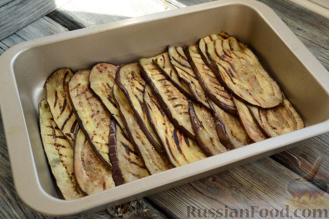 Фото приготовления рецепта: Куриные грудки, запечённые с баклажанами и сыром,  в томатном соусе - шаг №12