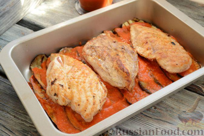 Фото приготовления рецепта: Куриные грудки, запечённые с баклажанами и сыром,  в томатном соусе - шаг №13