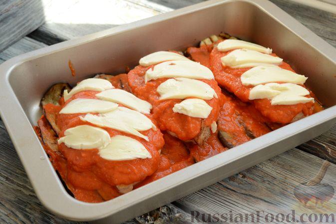 Фото приготовления рецепта: Куриные грудки, запечённые с баклажанами и сыром,  в томатном соусе - шаг №14