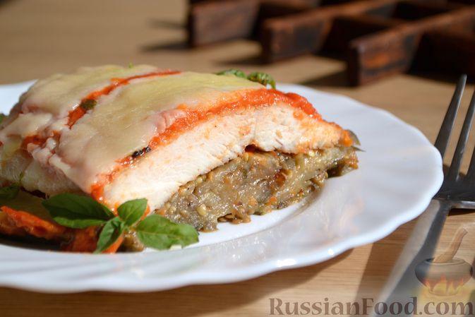 Фото приготовления рецепта: Куриные грудки, запечённые с баклажанами и сыром,  в томатном соусе - шаг №17