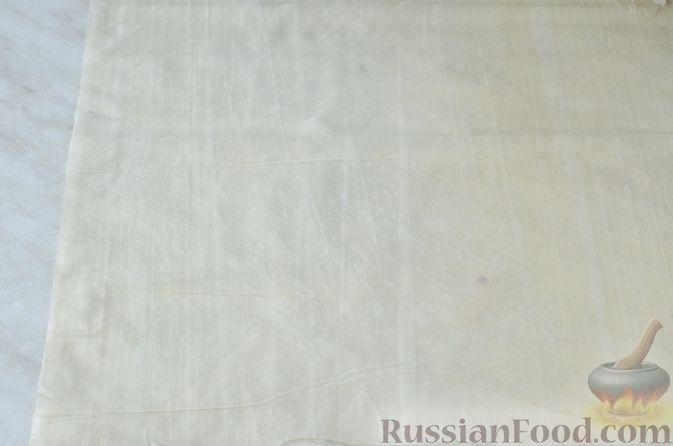 Фото приготовления рецепта: Пирог из теста фило с вишней в яично-сливочной заливке - шаг №2