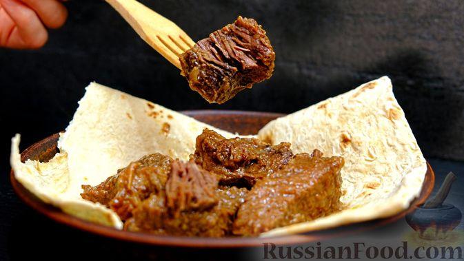 Фото приготовления рецепта: Салат с колбасой, картофелем, морковью и маслинами - шаг №7