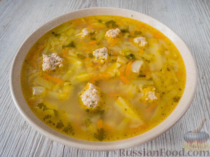 Фото приготовления рецепта: Слоёный салат с крабовыми палочками, ветчиной, плавленым сыром и яблоком - шаг №12