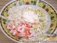 Фото приготовления рецепта: Кальмары, фаршированные крабовым салатом - шаг №4