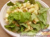 Фото приготовления рецепта: Салат из яблок с грецкими орехами - шаг №4