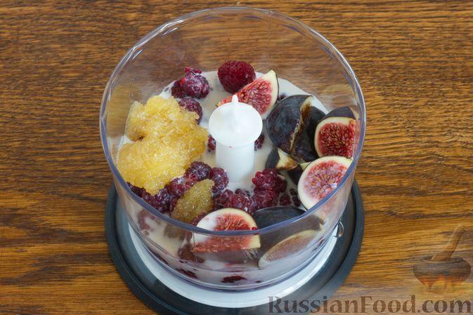 Фото приготовления рецепта: Малиновый смузи с инжиром - шаг №3
