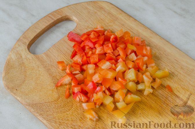 Фото приготовления рецепта: Дрожжевые пирожки-мешочки с картофелем, курицей и сыром - шаг №5