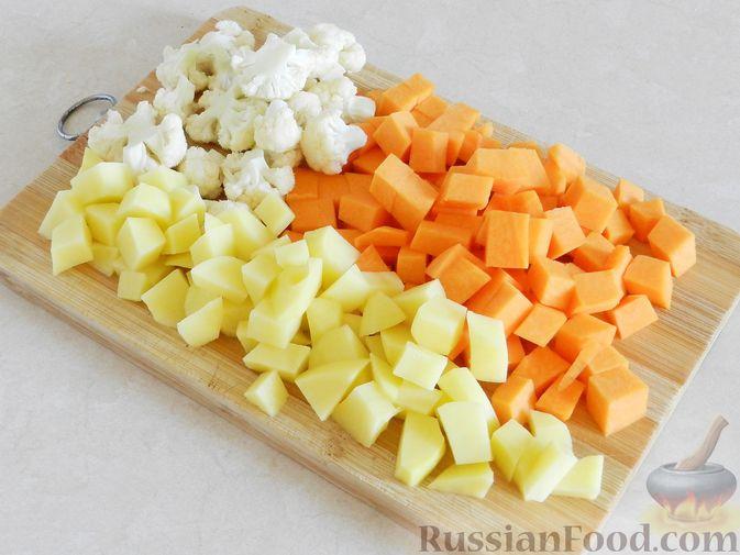 Фото приготовления рецепта: Тыквенный суп с курицей, цветной капустой и сливочным сыром - шаг №5