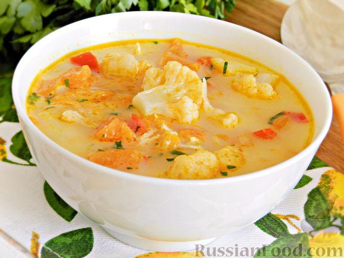 Фото к рецепту: Тыквенный суп с курицей, цветной капустой и сливочным сыром