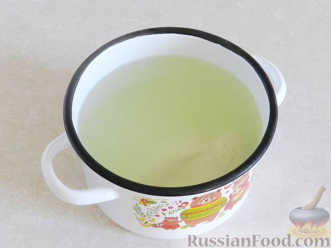 Фото приготовления рецепта: Тыквенный суп с курицей, цветной капустой и сливочным сыром - шаг №2