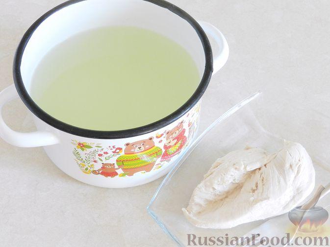 Фото приготовления рецепта: Тыквенный суп с курицей, цветной капустой и сливочным сыром - шаг №3