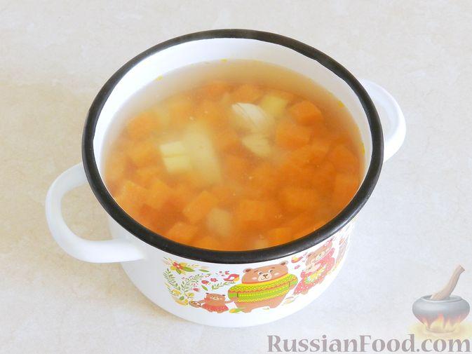 Фото приготовления рецепта: Тыквенный суп с курицей, цветной капустой и сливочным сыром - шаг №10