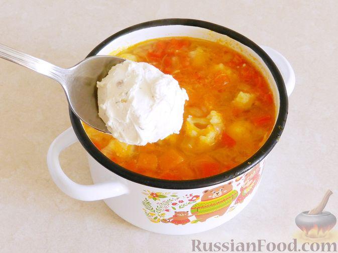 Фото приготовления рецепта: Тыквенный суп с курицей, цветной капустой и сливочным сыром - шаг №12