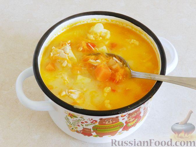 Фото приготовления рецепта: Тыквенный суп с курицей, цветной капустой и сливочным сыром - шаг №13