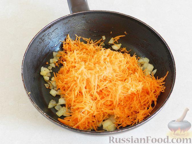 Фото приготовления рецепта: Тыквенный суп с курицей, цветной капустой и сливочным сыром - шаг №7