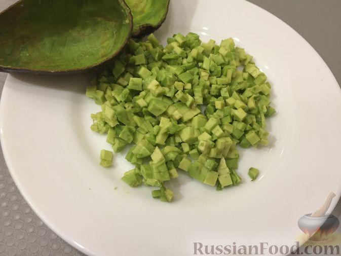 Фото приготовления рецепта: Авокадо с ананасом и креветками - шаг №3