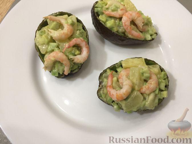 Фото приготовления рецепта: Авокадо с ананасом и креветками - шаг №10