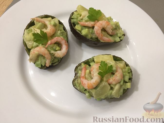Фото приготовления рецепта: Авокадо с ананасом и креветками - шаг №11