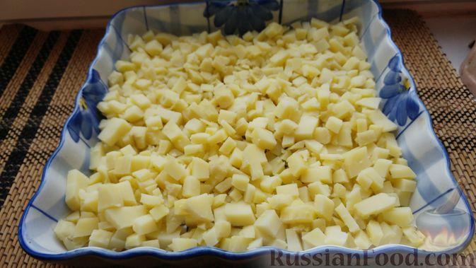 Фото приготовления рецепта: Закусочный салат с селёдкой, картофелем и клюквой - шаг №6