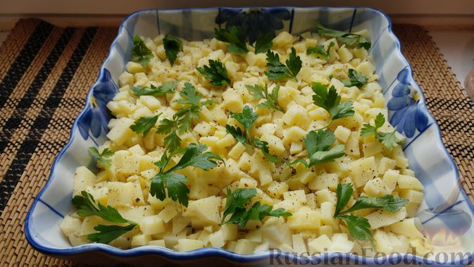 Фото приготовления рецепта: Закусочный салат с селёдкой, картофелем и клюквой - шаг №7