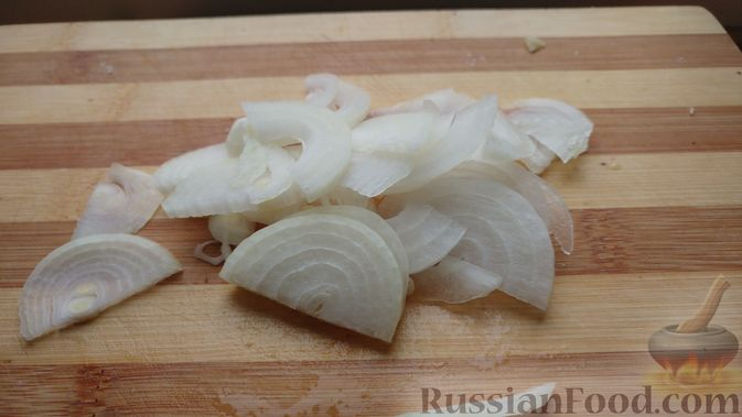 Фото приготовления рецепта: Закусочный салат с селёдкой, картофелем и клюквой - шаг №4