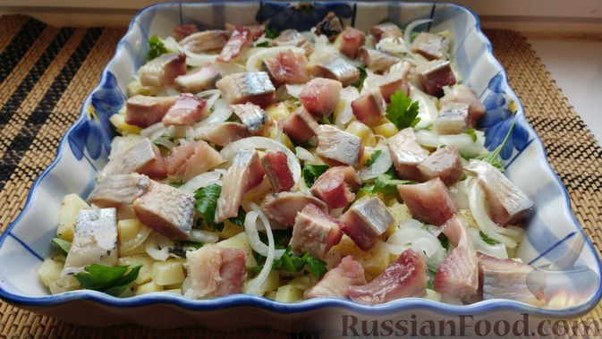 Фото приготовления рецепта: Закусочный салат с селёдкой, картофелем и клюквой - шаг №9