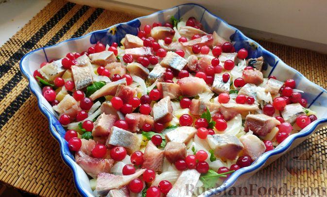 Фото приготовления рецепта: Закусочный салат с селёдкой, картофелем и клюквой - шаг №10