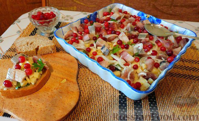 Фото приготовления рецепта: Закусочный салат с селёдкой, картофелем и клюквой - шаг №11